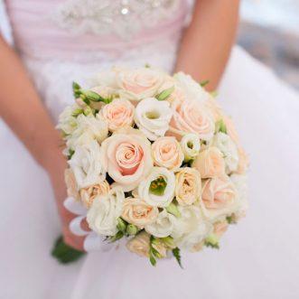 Букет невесты из роз и эустом «Музыка счастья»