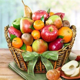 Фруктовая корзина с яблоками, грушами и киви