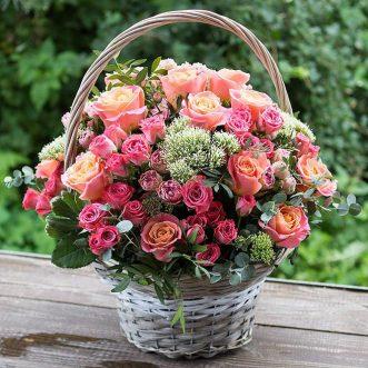 Корзина с кустовыми розовыми розами