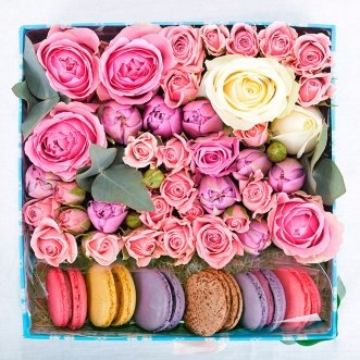 7 макарун с розами и тюльпанами