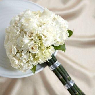 Букет невесты из белых роз и гвоздик «Дива»
