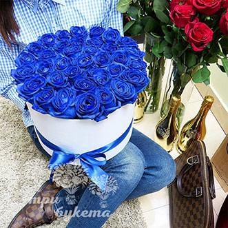 35 синих роз в коробке
