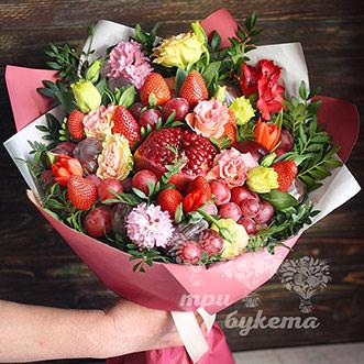 Букет из различных цветов и фруктов