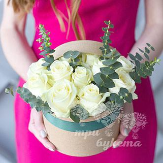 Розы и эвкалипт в шляпной коробке